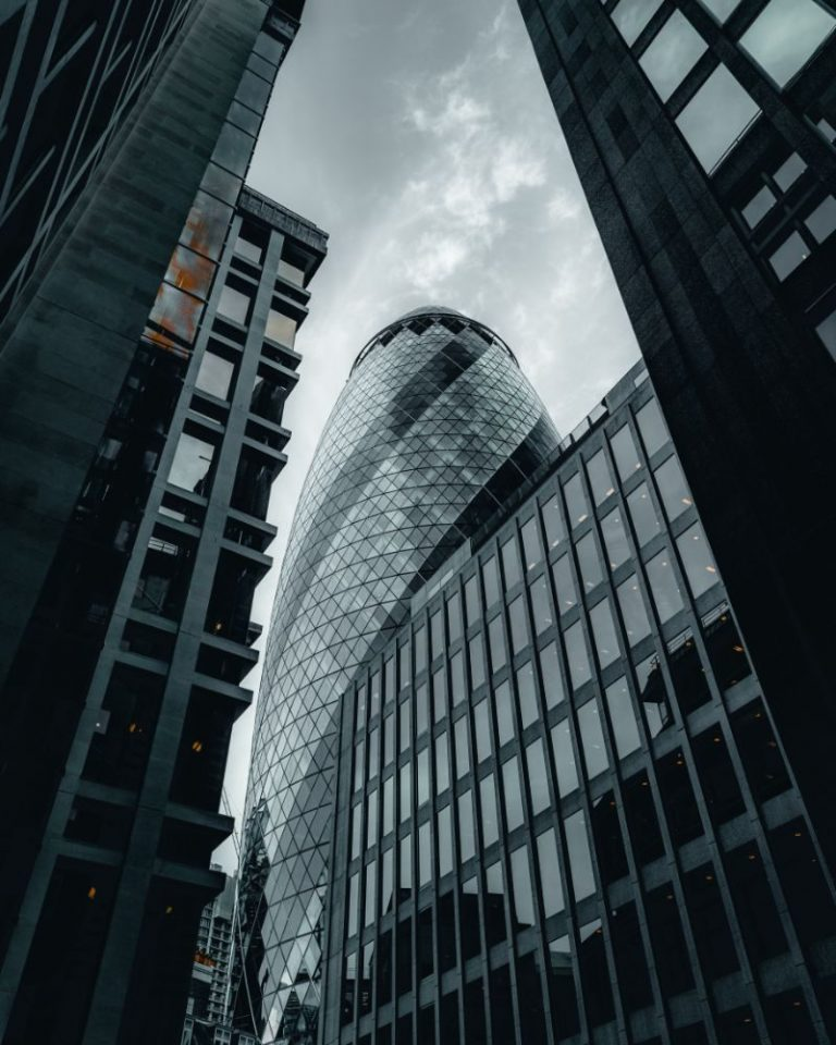 edificio gris creado por una empresa