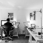 emprendedor trabajando en su empresa creada por abogados