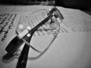 anteojos de lectura leyendo sobre como registrar una marca