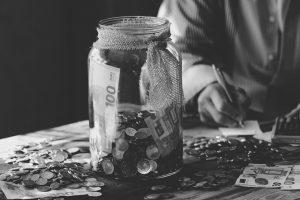 frasco con dinero para la planificación hereditaria