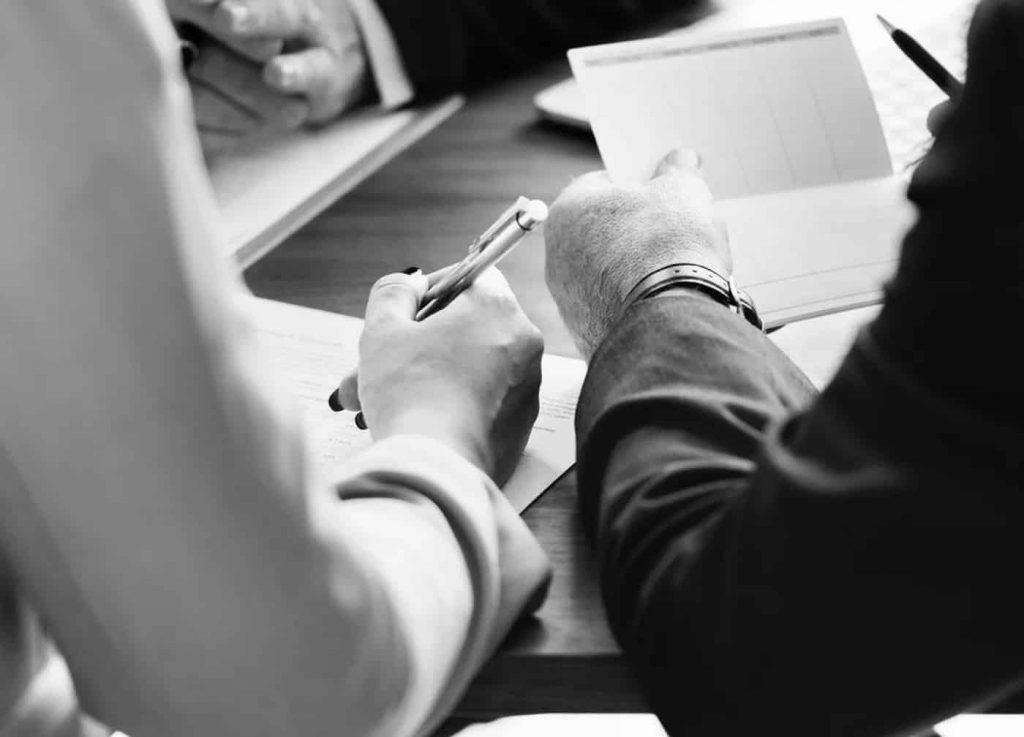 abogados asesorando una empresa por medio de su programa legal