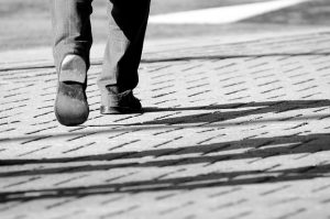 comisionista camina por su semana corrida